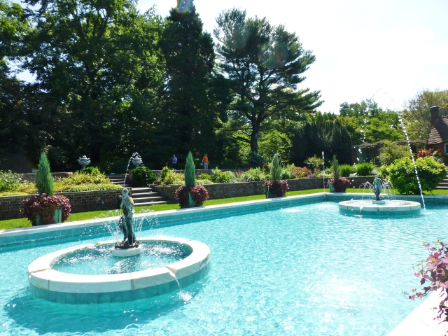 I'll leave you with this one last look at the sparkling blue water of the Planting Fields Arboretum swimming pool.   The statues are keeping cool in the arcing fountains in the midst of all those beautiful flower plantings.  How luxurious!